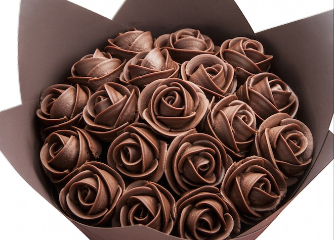 Роза из шоколадного яйца и бумаги своими руками