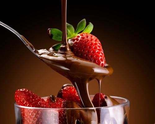 Роскошный десерт – клубника в шоколаде