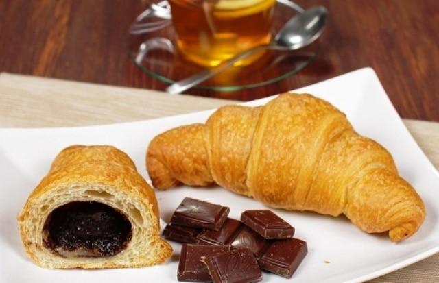 Круассаны с шоколадом из слоеного теста