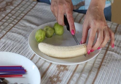 Нарезать киви и бананы